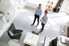 Πελάτες που εισάγουν το εσωτερικό κατάστημα σχεδίου Στοκ Φωτογραφία