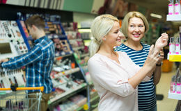 Πελάτες που επιλέγουν το άρωμα Στοκ φωτογραφίες με δικαίωμα ελεύθερης χρήσης