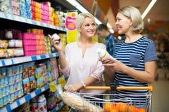Πελάτες που επιλέγουν το γιαούρτι φρούτων Στοκ Εικόνες