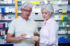 Πελάτες που ελέγχουν τα φάρμακα στοκ φωτογραφίες με δικαίωμα ελεύθερης χρήσης