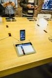 Πελάτες που θαυμάζουν το νέο iPhone 6 της Apple Στοκ Εικόνα