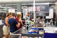 Πελάτες που πληρώνουν για τις αγορές σε μια υπεραγορά Γραμμή στα μετρητά Στοκ εικόνες με δικαίωμα ελεύθερης χρήσης