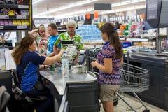 Πελάτες που πληρώνουν για τις αγορές σε μια υπεραγορά Γραμμή στα μετρητά Στοκ εικόνα με δικαίωμα ελεύθερης χρήσης