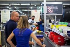 Πελάτες που πληρώνουν για τις αγορές σε μια υπεραγορά Γραμμή στα μετρητά Στοκ Εικόνες