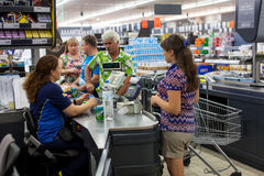 Πελάτες που πληρώνουν για τις αγορές σε μια υπεραγορά Γραμμή στα μετρητά Στοκ Εικόνα