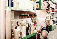 Πελάτης γυναικών στην υπεραγορά ηλεκτρικών οικιακών εξοπλισμών Στοκ Εικόνες
