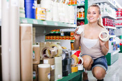 Πελάτης γυναικών στην υπεραγορά ηλεκτρικών οικιακών εξοπλισμών Στοκ εικόνες με δικαίωμα ελεύθερης χρήσης