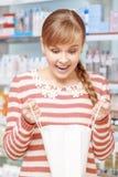 Πελάτης ενός φαρμακείου με την τσάντα εγγράφου Στοκ Εικόνα