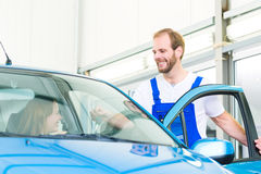 Πελάτης και μηχανικός αυτοκινήτων στο εργαστήριο Στοκ Εικόνα