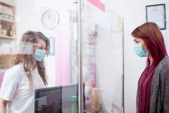 Πελάτης και φαρμακοποιός σε ένα φαρμακείο Στοκ φωτογραφία με δικαίωμα ελεύθερης χρήσης