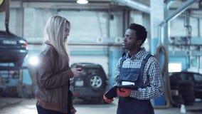 Πελάτης που δίνει τα κλειδιά από το αυτοκίνητο στο μηχανικό Στοκ εικόνα με δικαίωμα ελεύθερης χρήσης