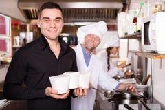 Πελάτης που αγοράζει τα take-$l*away τρόφιμα Στοκ Εικόνες