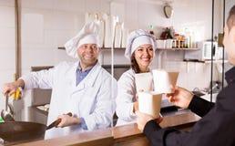 Πελάτης που αγοράζει τα take-$l*away τρόφιμα Στοκ Φωτογραφίες