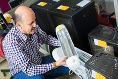 Πελάτης που αγοράζει τη μικρή θερμάστρα Στοκ φωτογραφία με δικαίωμα ελεύθερης χρήσης