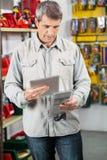 Πελάτης που αναλύει το προϊόν μέσω της ψηφιακής ταμπλέτας Στοκ Εικόνα