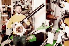 Πελάτης που εξετάζει τους ανεμιστήρες φύλλων στο κατάστημα εξοπλισμού κήπων Στοκ Φωτογραφία