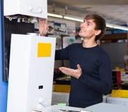 Πελάτης που εξετάζει τους εσωτερικούς λέβητες Στοκ Εικόνες