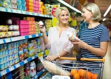 Πελάτης που επιλέγει τα γιαούρτια Στοκ Φωτογραφίες
