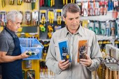 Πελάτης που επιλέγει το συγκολλώντας σίδηρο στο κατάστημα υλικού Στοκ φωτογραφία με δικαίωμα ελεύθερης χρήσης
