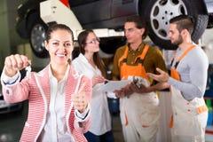 Πελάτης που ικανοποιεί με την εργασία εμποριών αυτοκινήτων Στοκ εικόνες με δικαίωμα ελεύθερης χρήσης