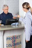 Πελάτης που κάνει την πληρωμή από την πιστωτική κάρτα στοκ φωτογραφία