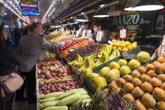 Πελάτης που πληρώνει για την αγορά στην αγορά θέσεων λούτσων στο Σιάτλ Στοκ Εικόνες