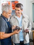 Πελάτης που πληρώνει μέσω Smartphone στο υλικό Στοκ Εικόνα