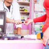 Πελάτης που πληρώνει με την πιστωτική κάρτα στο γιατρό Στοκ φωτογραφίες με δικαίωμα ελεύθερης χρήσης