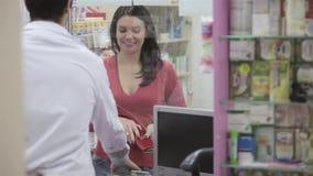 Πελάτης που χαμογελά στο φαρμακοποιό φιλμ μικρού μήκους