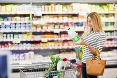Πελάτης στην υπεραγορά με ένα μπουκάλι στα χέρια Στοκ Εικόνες