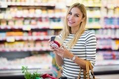 Πελάτης στην υπεραγορά που κρατά ένα προϊόν Στοκ εικόνα με δικαίωμα ελεύθερης χρήσης