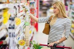Πελάτης στην υπεραγορά που ψάχνει ένα προϊόν Στοκ Εικόνα