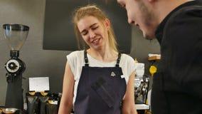 Πελάτης στη καφετερία που πληρώνει τα μετρητά για τον καφέ φιλμ μικρού μήκους