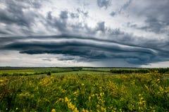 πεδίο σύννεφων πέρα από τη θύ&epsilo Στοκ εικόνα με δικαίωμα ελεύθερης χρήσης