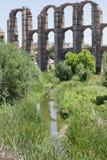 Πελαργός κοντά στο ρωμαϊκό υδραγωγείο του Μέριντα Στοκ Φωτογραφίες