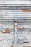 Πελεκημένος και σκουριασμένος τοίχος μετάλλων στοκ εικόνες