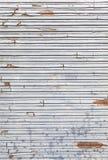 Πελεκημένος και σκουριασμένος τοίχος μετάλλων στοκ εικόνα