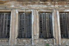 Πελεκημένος παραθυρόφυλλα τοίχος παραθύρων στοκ φωτογραφία