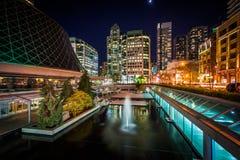 Πηγές και σύγχρονα κτήρια στο Δαβίδ Pecaut Square τη νύχτα, Στοκ φωτογραφίες με δικαίωμα ελεύθερης χρήσης