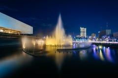 Πηγή έξω από το πολιτιστικό κέντρο των Φιλιππινών τη νύχτα Στοκ φωτογραφία με δικαίωμα ελεύθερης χρήσης