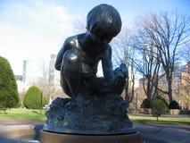Πηγή αγοριών και πουλιών, δημόσιος κήπος της Βοστώνης, στο Άρλινγκτον ST, Βοστώνη, Μασαχουσέτη, ΗΠΑ Στοκ φωτογραφία με δικαίωμα ελεύθερης χρήσης