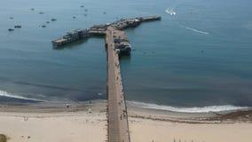 Πηγή δελφινιών και αποβάθρα Santa Barbara Καλιφόρνια Stearns απόθεμα βίντεο