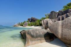Πηγή δ ` Argent Anse - βράχοι γρανίτη στην όμορφη παραλία στο τροπικό Λα Digue νησιών στις Σεϋχέλλες Στοκ Φωτογραφία