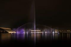 Πηγή κάτω από το φως τη νύχτα Στοκ Φωτογραφίες