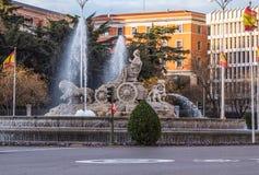 Πηγή και διασταύρωση κυκλικής κυκλοφορίας στην πλατεία Cibeles στη Μαδρίτη Στοκ Εικόνες