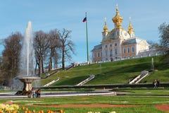 Πηγή και μεγάλο παλάτι σε Peterhof, Αγία Πετρούπολη, Ρωσία Στοκ φωτογραφία με δικαίωμα ελεύθερης χρήσης