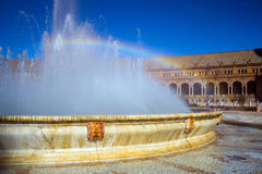 Πηγή και ουράνιο τόξο στο τετράγωνο της Ισπανίας στη Σεβίλη, Ισπανία Στοκ εικόνα με δικαίωμα ελεύθερης χρήσης