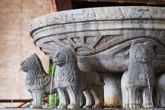 Πηγή και λουτρό γλυπτών λιονταριών Στοκ φωτογραφία με δικαίωμα ελεύθερης χρήσης