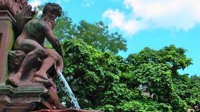 Πηγή καταρρακτών και άγαλμα αγγέλου στη Φρανκφούρτη απόθεμα βίντεο