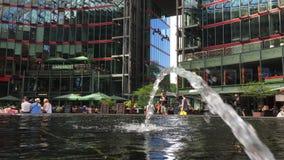 Πηγή λεπτομέρειας στο κέντρο Potsdamer Platz Sony με τους ανθρώπους απόθεμα βίντεο